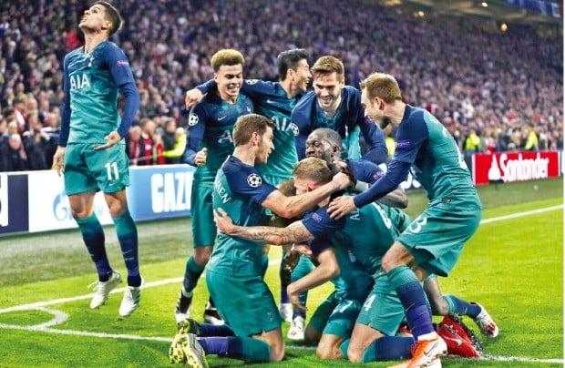 손흥민의 소속팀 토트넘 홋스퍼가 9일 네덜란드 암스테르담에서 열린 아약스와의 '2018~2019 챔피언스리그' 4강 2차전에서 기적 같은 승리로 결승전에 진출했다. 경기 종료 2초를 남기고 터진 결승골에 토트넘 홋스퍼 선수들이 환호하고 있다.  /연합뉴스