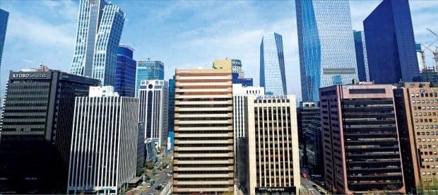 정부가 대형 빌딩 등에 투자한 사모 부동산펀드에 대한 과세를 강화하기로 하면서 엉뚱한 연기금에 불똥이 튀게 됐다. 사진은 부동산펀드가 주로 매입한 서울 여의도 고층 빌딩들.  /한경DB