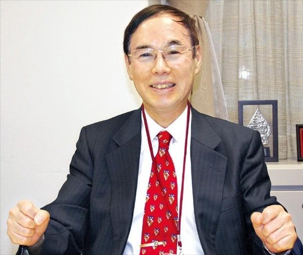 """요시노 나오유키 아시아개발은행(ADB)연구소장은 이달 초 도쿄 ADB연구소에서 한국경제신문과 인터뷰를 하고 """"고령화를 대비하는 데는 복지정책을 늘리는 것보다 죽기 전까지 일할 수 있도록 하는 게 더 좋은 정책""""이라고 말했다.    /도쿄=김동욱 특파원"""