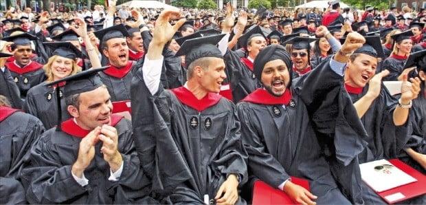 미국 하버드대는 지난해 6월 말 기준 392억달러(약 45조원)의 기금을 보유하고 있다. 세계에서 가장 많은 기금을 보유한 대학이다. 하버드대 로스쿨 졸업생들이 서로 졸업을 축하하며 기뻐하고 있다.    /연합뉴스