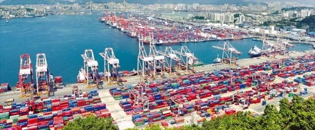 미국과 중국이 관세보복 등 전면적인 무역전쟁에 들어가면서 국내 경제에도 수출 감소 등 타격이 우려되고 있다. 14일 부산항 신선대 부두에 수출입화물이 실린 컨테이너 선박이 쌓여 있다.   /연합뉴스