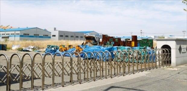 < 문 닫힌 공장 > 전북 군산시 소룡동의 한 폐업 공장. 공장 입구는 자물쇠로 채워져 있고 야적장엔 잡초만 무성했다.  /박상용 기자
