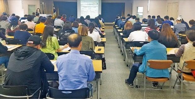 < 빈자리 없는 실업급여 강의실 > 100여 명의 실업급여 신청자가 15일 경남 창원시 상남동에 있는 고용복지플러스센터에서 교육을 받고 있다.  /김보형 기자
