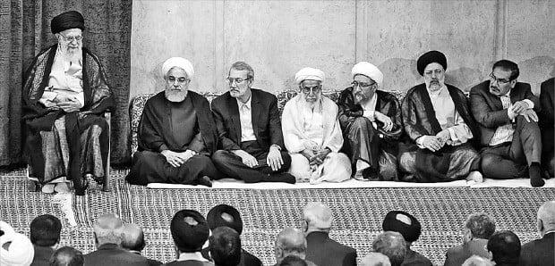 """< 미국에 독설 쏟아내는 하메네이 > 아야톨라 세예드 알리 하메네이 이란 최고지도자(왼쪽 첫 번째)는 14일(현지시간) 테헤란에서 열린 정부 행사에서 """"이란은 미국 조치에 저항하는 길을 택했지만 양측 모두 전쟁을 원하지는 않아 전쟁이 일어나진 않을 것""""이라고 말했다. 하산 루하니 대통령(두 번째) 등 이란 정부 각료들이 하메네이 최고지도자 이야기를 경청하고 있다.  /EPA연합뉴스"""
