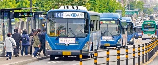 < 버스는 달리지만… > 서울 시내버스 노조가 15일 새벽 파업 돌입 90분을 앞두고 극적으로 사측과 협상을 타결 지었다. 이날 아침 서울 쌍문역 인근 노선버스들이 정상 운행하고 있다.  /김범준 기자 bjk07@hankyung.com