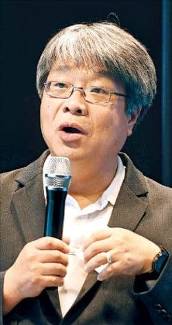 최대우 한국외국어대 교수가 지난 15일 서울 삼성동 법무법인 율촌에서 열린 '아시아 미래 AI포럼'에서 인공지능산업의 특징을 설명하고 있다.  /신경훈 기자 khshin@hankyung.com