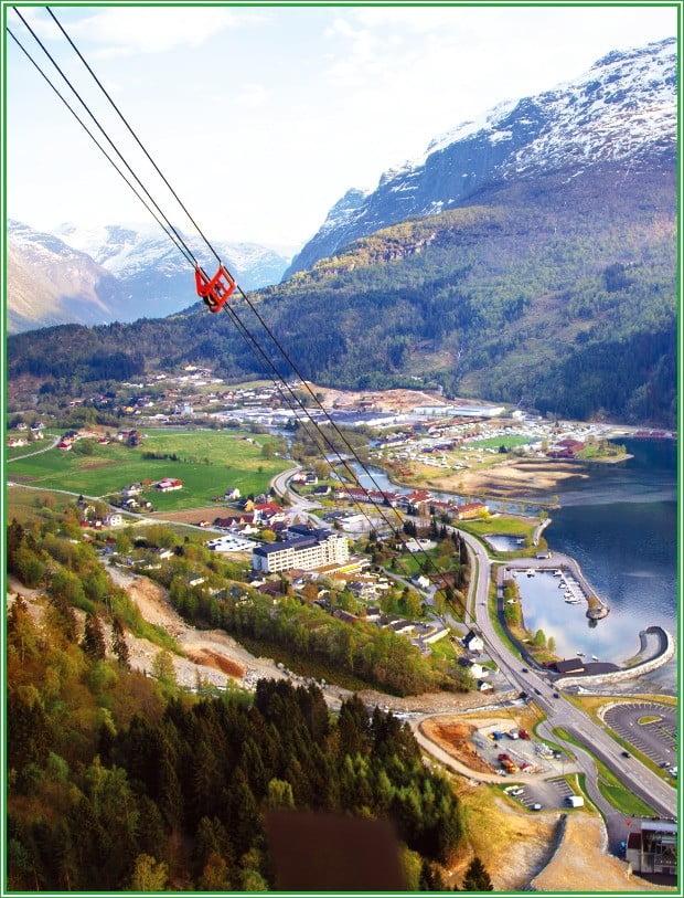 호벤산 정상에서 바라본 로엔마을과 노르피오르의 풍경. 호벤산까지는 로엔 스카이리프트로 쉽게 올라 갈 수 있다.