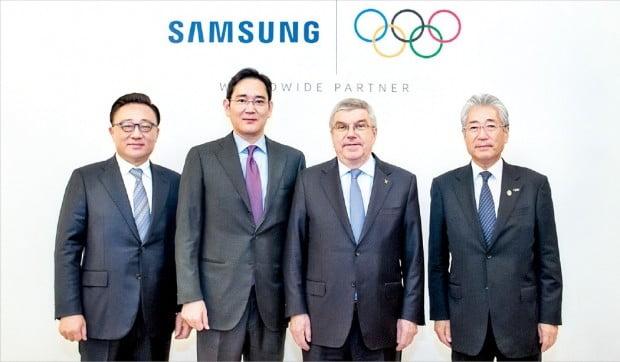 지난해 12월 4일 이재용 삼성전자 부회장(왼쪽 두 번째)과 토마스 바흐 국제올림픽위원회(IOC) 위원장(세 번째) 등 삼성전자와 IOC의 주요 임원들이 올림픽 후원 연장 계약을 체결한 후 기념촬영하고 있다. 삼성전자 제공