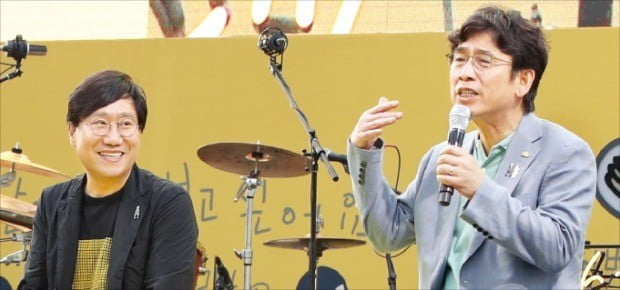 유시민 노무현재단 이사장(오른쪽)과 양정철 민주연구원 원장(왼쪽)이 18일 서울 광화문광장에서 열린 노무현 대통령 서거 10주기 시민문화제 토크콘서트에서 이야기하고 있다.  /연합뉴스