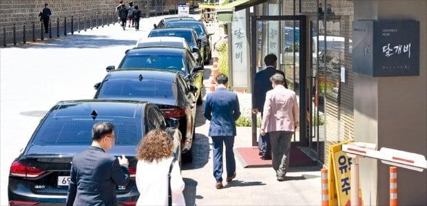 20일 점심 시간 달개비 앞에 식사나 회의를 하러 온 사람들이 타고 온 차량들이 줄지어 서 있다. /허문찬 기자 sweat@hankyung.com