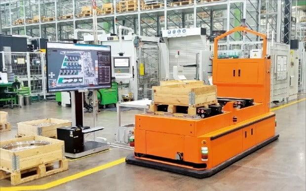 경남 창원의 한화에어로스페이스 엔진부품 신공장에서 지난 16일 무인운반로봇이 제품을 각 공정으로 자동 적재해 운반하고 있다.  /한화에어로스페이스 제공