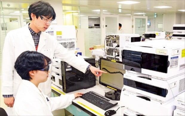 < 바이오의약품 품질 검사 > 한미약품 평택 바이오플랜트에 근무하는 연구원들이 바이오의약품 품질검사를 하고 있다. 한미약품 등 국내 제약바이오업체들은 인공지능(AI) 등을 활용해 신약 개발에 나서고 있으나 의료 빅데이터 부족 등으로 애로를 겪고 있다.  /평택=강은구  기자  egkang@hankyung.com
