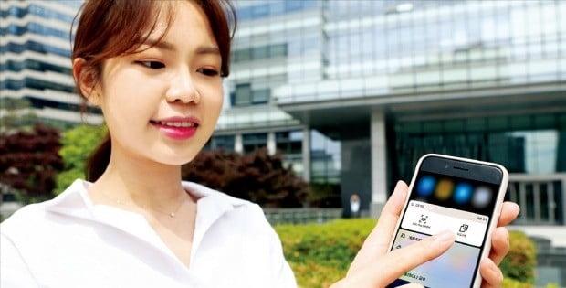 신한은행 직원이 공인인증서를 거치지 않고 하루 100만원까지 보낼 수 있는 '바로이체' 서비스를 시연하고 있다.  /신한은행 제공