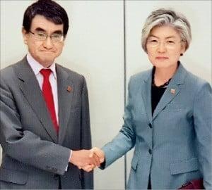강경화 외교부 장관(오른쪽)과 고노 다로 일본 외무상이 23일(현지시간) 프랑스 파리에서 열린 외교장관 회담에 앞서 악수하고 있다.  /연합뉴스