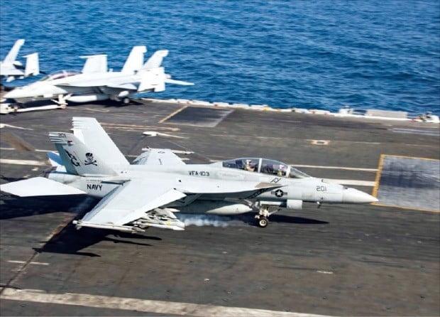 < 美, 중동에 병력 증원 > 지난 22일 호르무즈해협 인근 오만만으로 이동한 에이브러햄링컨 항공모함 갑판에 F/A-18F 슈퍼호넷 전투기가 서 있다. 미국은 중동에 병력 1500명을 추가 파견하기로 했다.  /로이터연합뉴스