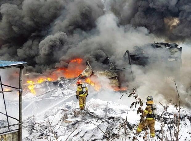 김해 봉하마을 인근 공장서 큰 불