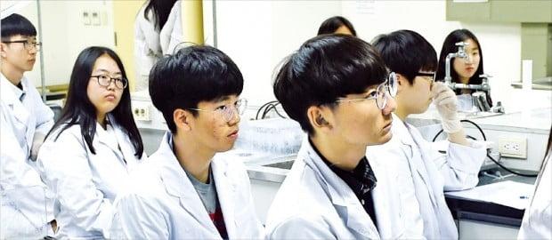 미래 직업으로 화학공학기술자 등을 꿈꾸는 고교생들이 '꿈의대학' 화학실험 강의를 듣고 있다.