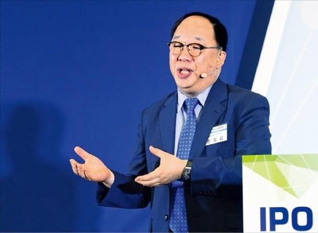 권오섭 엘앤피코스메틱 회장이 27일 서울 여의도 한국거래소에서 열린 'IPO 엑스포 2019'에서 마스크팩 메디힐의 성공 스토리를 주제로 강연하고 있다.  /강은구  기자 egkang@hankyung.com
