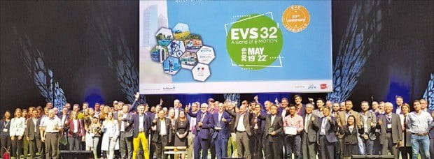 대구시는 지난 23일 프랑스 리용에서 열린 세계전기자동차학술대회 폐막식에서 전기차 모범도시상을 수상했다. /대구시 제공