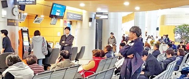 서울 서대문구의 한 대형병원에서 환자들이 진료를 받기 위해 기다리고 있다.  /한경DB