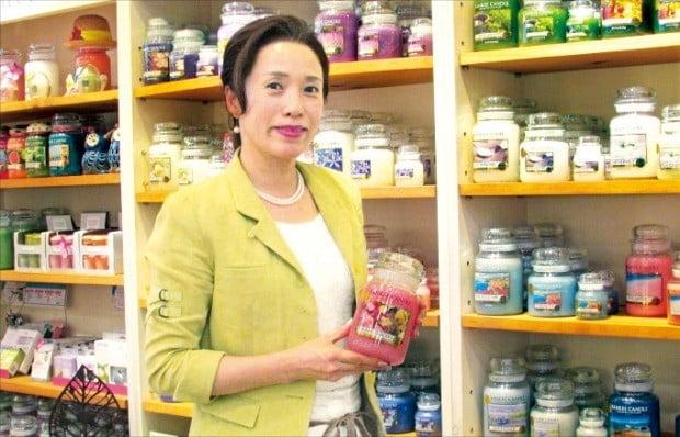 서울 삼성동 아로마무역 본사에서 임미숙 대표가 독점수입해 판매 중인 양키캔들을 소개하고 있다. /김정은 기자