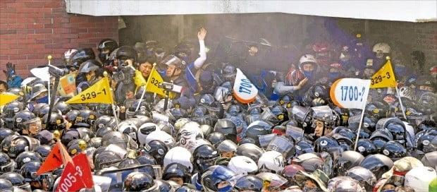 현대중공업 노조원들이 31일 현대중공업 물적 분할 임시주주총회가 열리고 있는 울산 무거동 울산대 체육관 진입을 시도하면서 이를 저지하는 경찰과 몸싸움을 벌이고 있다.  /신경훈 기자 khshin@hankyung.com