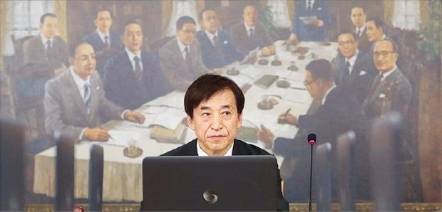이주열 한국은행 총재가 31일 서울 세종로 한은 본관에서 열린 금융통화위원회 회의를 주재하고 있다.  /허문찬 기자 sweat@hankyung.com
