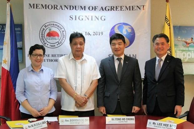 16일 필리핀 마닐라에 있는 필리핀은퇴청 본점에서 이희수 신한은행 부행장(오른쪽부터)과 정용호 신한은행 마닐라지점장, 비엔베니도 필리핀 은퇴청장 등이 은퇴비자 예치금 지정은행 업무 협약을 맺고 있다. 신한은행 제공