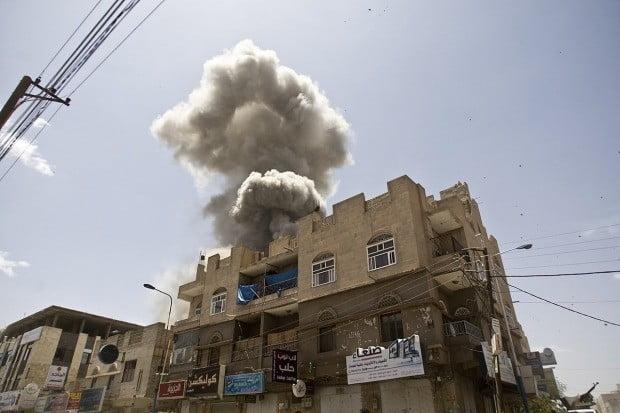 2015년 5월 사우디아라비아의 공습으로 부서진 예멘의 한 건물 모습.