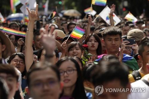 대만에 '무지개 깃발'…아시아 첫 동성결혼 인정
