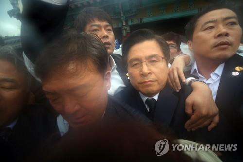"""황교안, 격렬 항의 속 5·18기념식 참석…일부시민 """"물러가라"""""""