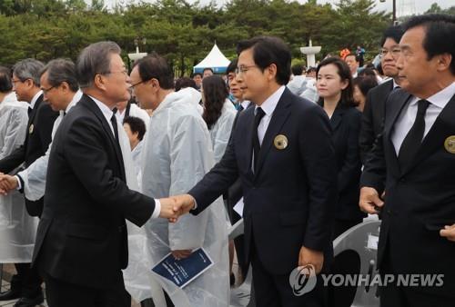 격렬 항의속 5·18 참석한 황교안, '임을 위한 행진곡' 제창