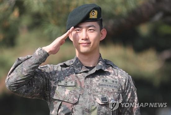 """`모범병사` 옥택연 만기 전역 """"2PM 멤버들 보고싶다"""""""