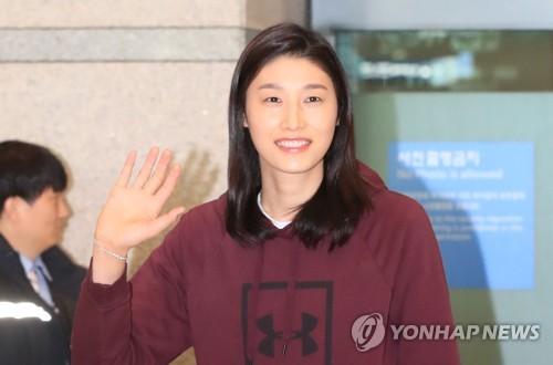 김연경, 우승 트로피 3개 품고 금의환향…이제는 대표팀