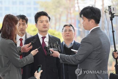 """'명예훼손 피소' 김태우 前수사관 경찰 출석…""""대질조사 원해"""""""