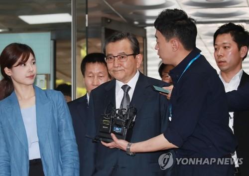 김학의, '별장 성접대 의혹' 6년만에 구속기로…영장심사 출석