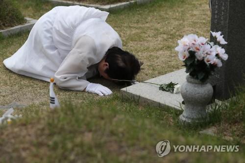 """""""아들아~ 내 아들아"""" 39년째 흐르는 5·18 유가족의 눈물"""