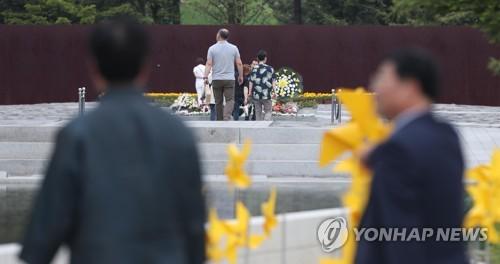 부시, '노무현 사진' 받아 직접 초상화 제작…추도식 때 전달