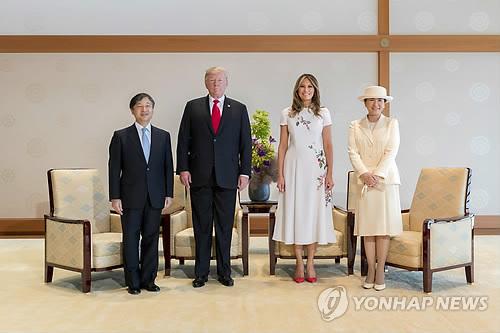 """환대받은 트럼프·무역협상 유예 얻은 아베…""""과잉 접대"""" 비판도"""