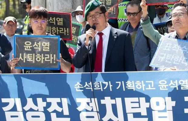 유튜버 김상진씨가 7일 서울중앙지검 앞에서 기자회견을 하고 있다. 사진=연합뉴스