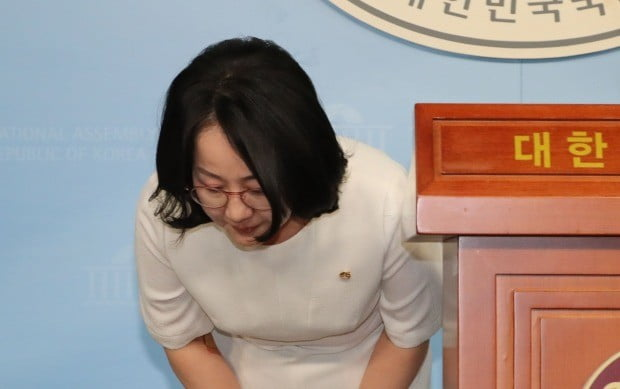 '한센병' 막말 파문을 일으킨 자유한국당 김현아 의원이 17일 오전 국회 정론관에서 사과기자회견을 하며 고개숙여 인사하고 있다 (사진=연합뉴스)