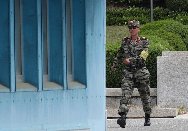 판문점에서 근무 교대를 위해 이동 중인 북한군. 연합뉴스