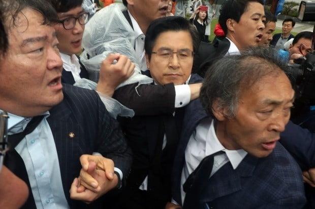 5·18 민주화운동 기념식에 참석한 자유한국당 황교안 대표가 시민단체들의 육탄 항의에 맞딱뜨렸다. 이날 황 대표는 '임을 위한 행진곡'을 제창했다. (사진=연합뉴스)
