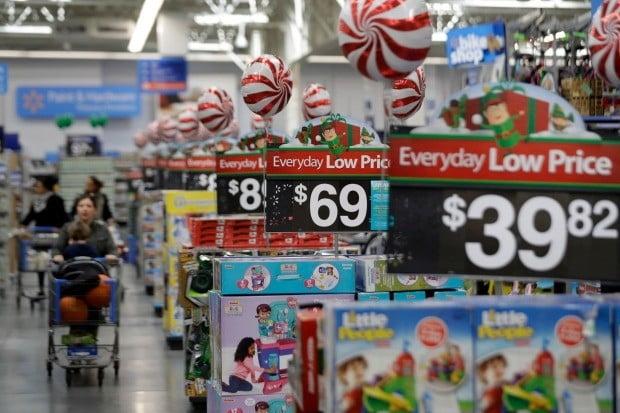 미국 월마트에서 소비자들이 진열된 물품 사이로 카트를 끌고 있다. 사진=AP