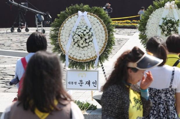 봉하마을에 놓인 문재인 대통령 조화 /사진=연합뉴스