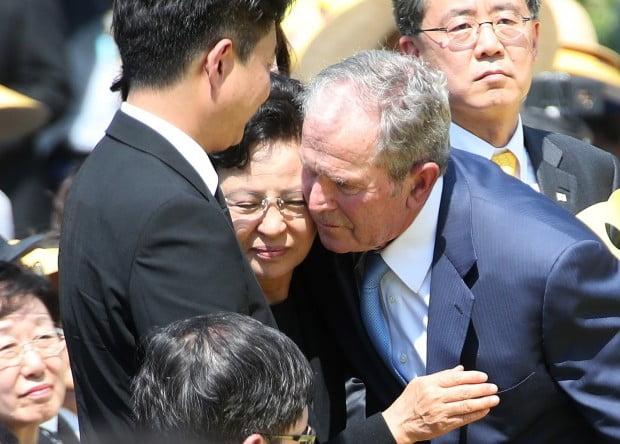 권양숙 여사 위로하는 부시 전 미국 대통령 /사진=연합뉴스