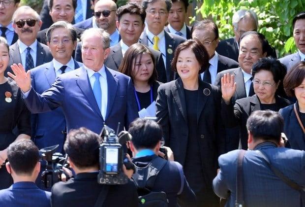 노무현 10주기 추도식 찾은 권양숙 여사와 부시 전 미국 대통령 (사진=연합뉴스)