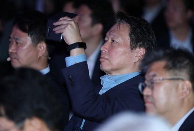 최태원 SK 회장이 28일 오전 서울 광진구 그랜드 워커힐에서 열린 소셜밸류 커넥트 2019 행사에서 참가자 발언을 휴대전화로 촬영하고 있다. (사진=연합뉴스)