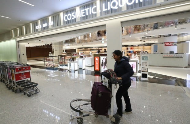 인천국제공항의 입국장 면세점이 31일 오후 2시에 문을 연다. 면세품 구입 한도는 600달러로 명품이나 담배는 팔지 않는다.(사진=연합뉴스)
