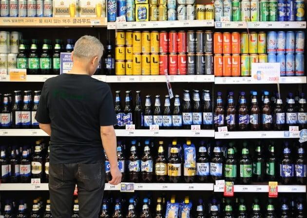 정부가 주세법 개편과 관련해 전체 주종의 종량세 전환 대신 맥주와 막걸리부터 단계적으로 종량세로 전환한다고 5일 밝혔다. [사진=연합뉴스]